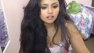 Plumpy hot Indian babe masturbating on a webcam