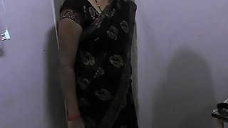 Newly married bhabhi changing her saree while her man filming